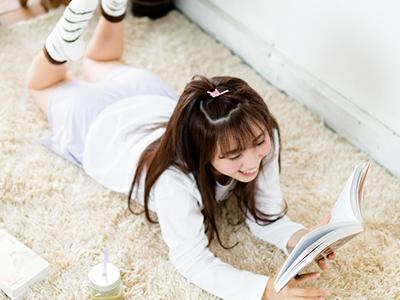 モコモコ靴下を履いてリラックスする女性