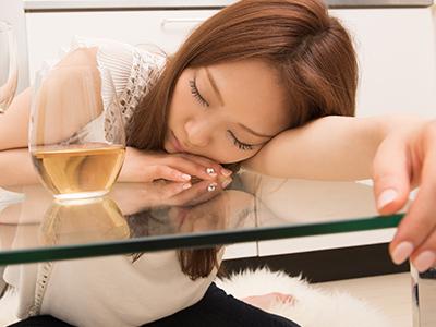 疲れて眠り込んでしまう名古屋女性のイメージ