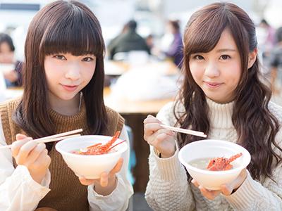 カニ汁を食す秋田美人のイメージ