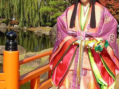 かぐや姫の衣装を着た女性