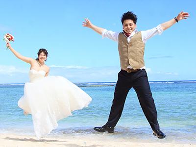 ビーチサイドウェディングをする新婚夫婦