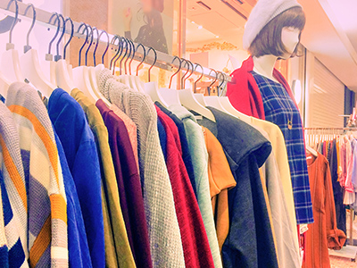 カラフルな洋服が並ぶアパレルショップ