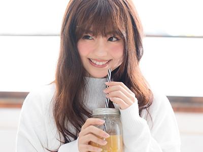 ミルクティを飲むかわいらしい女性