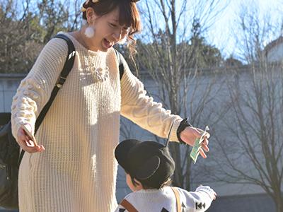 幼い子供と楽しくお散歩する若いお母さん