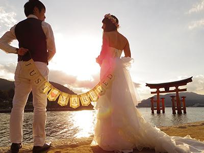 厳島神社でウェディングを挙げるカップル