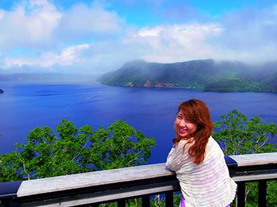 北海道の壮大な景色を眺める女性
