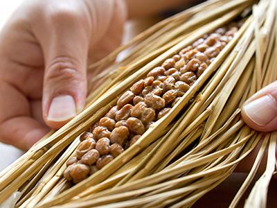 藁にくるまれた本物の納豆