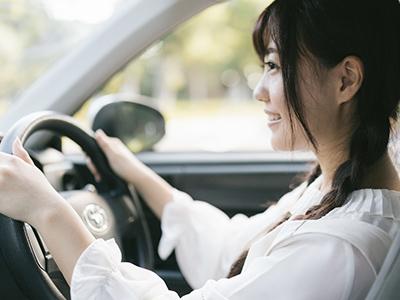 車を運転しようとしている女性