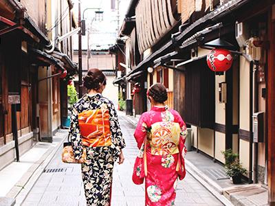 和服を着ながら京都観光を楽しむ女子二人