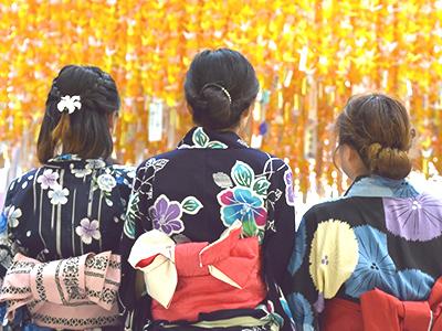 七夕祭りを楽しむ女子グループのイメージ
