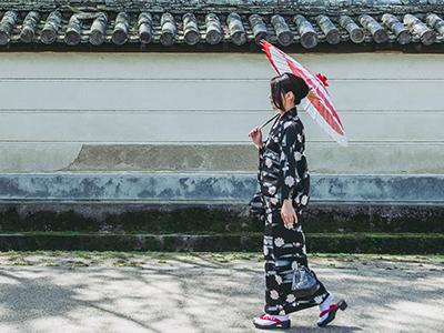 和傘をさして歩く女性