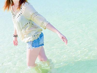 沖縄の海を満喫する女性