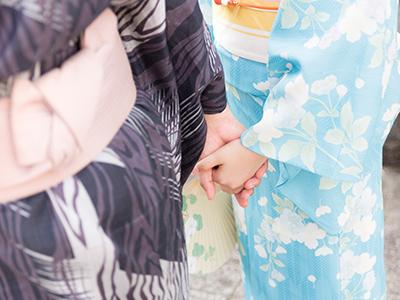 手をつなぐ浴衣のカップル
