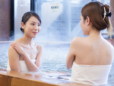温泉に浸かる女性たち