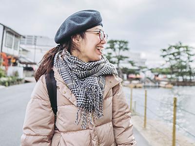 島根観光を楽しみ女性のイメージ