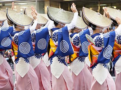 徳島名物阿波踊りの様子