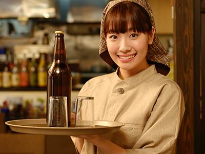 飲食店でアルバイトをする女性