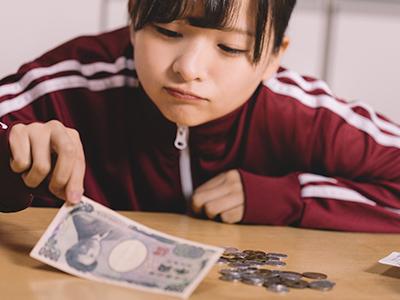 お金のやりくりをする女性