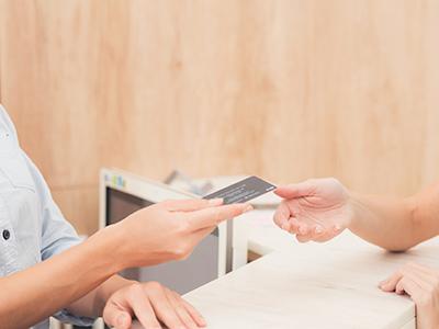 クレジットカードで支払いをするイメージ