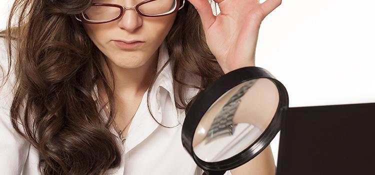 情報を精査する女性